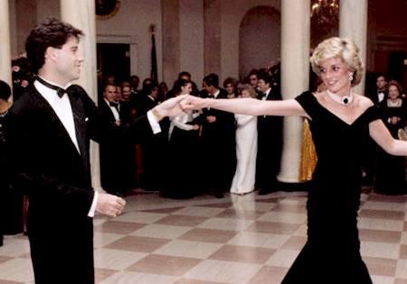 Prinzessin Diana tanzt mit John Travolta in der Nähe von Prinz Charles 'Geburtstag